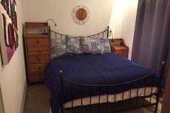 Das weitere Schlafzimmer mit einem Doppelbett